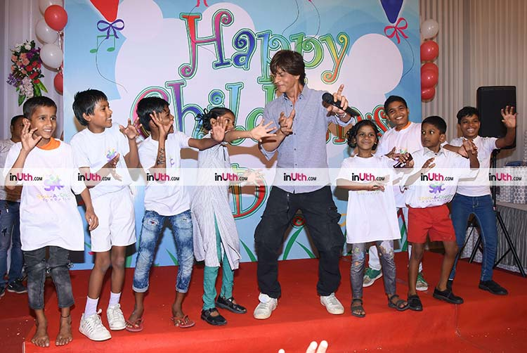 Shah Rukh Khan performing with kids on Children's Day