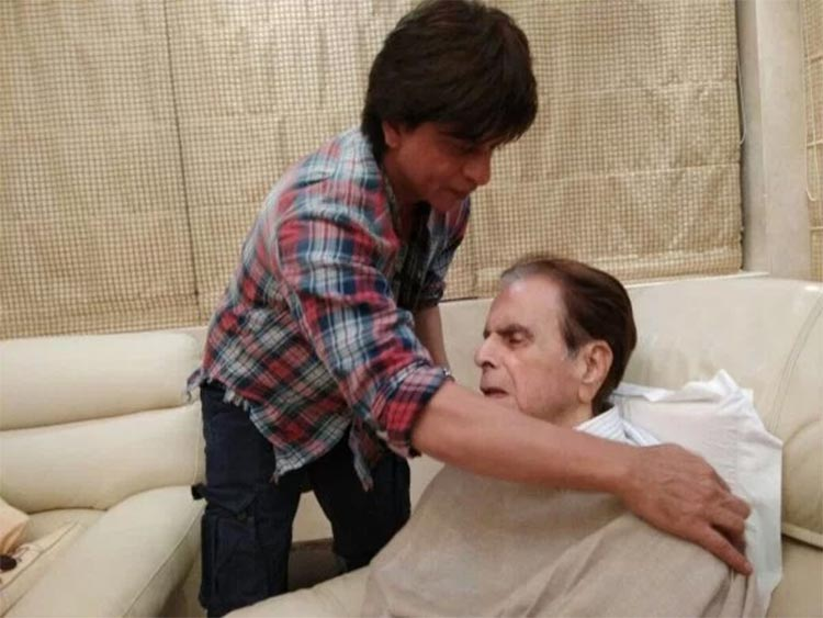 Shah Rukh Khan with Dilip Kumar at his residence