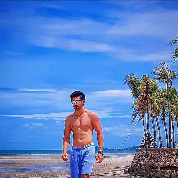 Bhoomi actor Sidhant Gupta scorching up the beach like anything