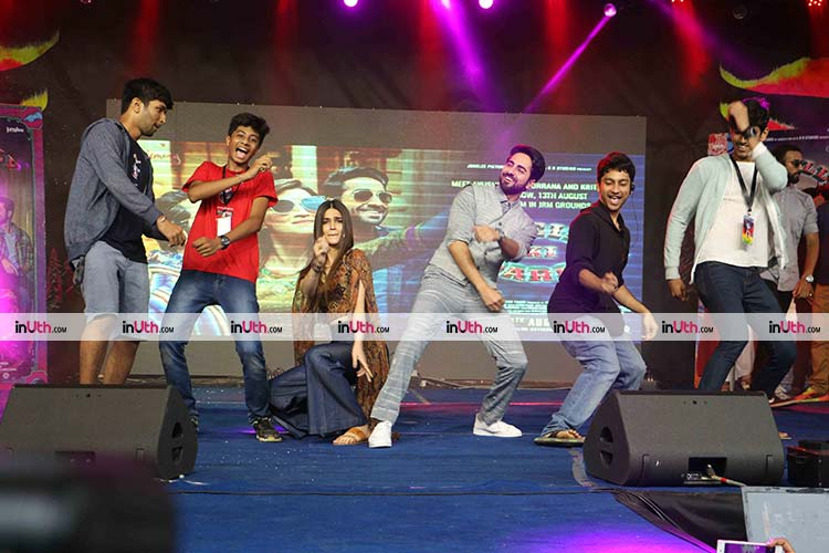 Kriti Sanon and Ayushmann Khurrana performing with their fans