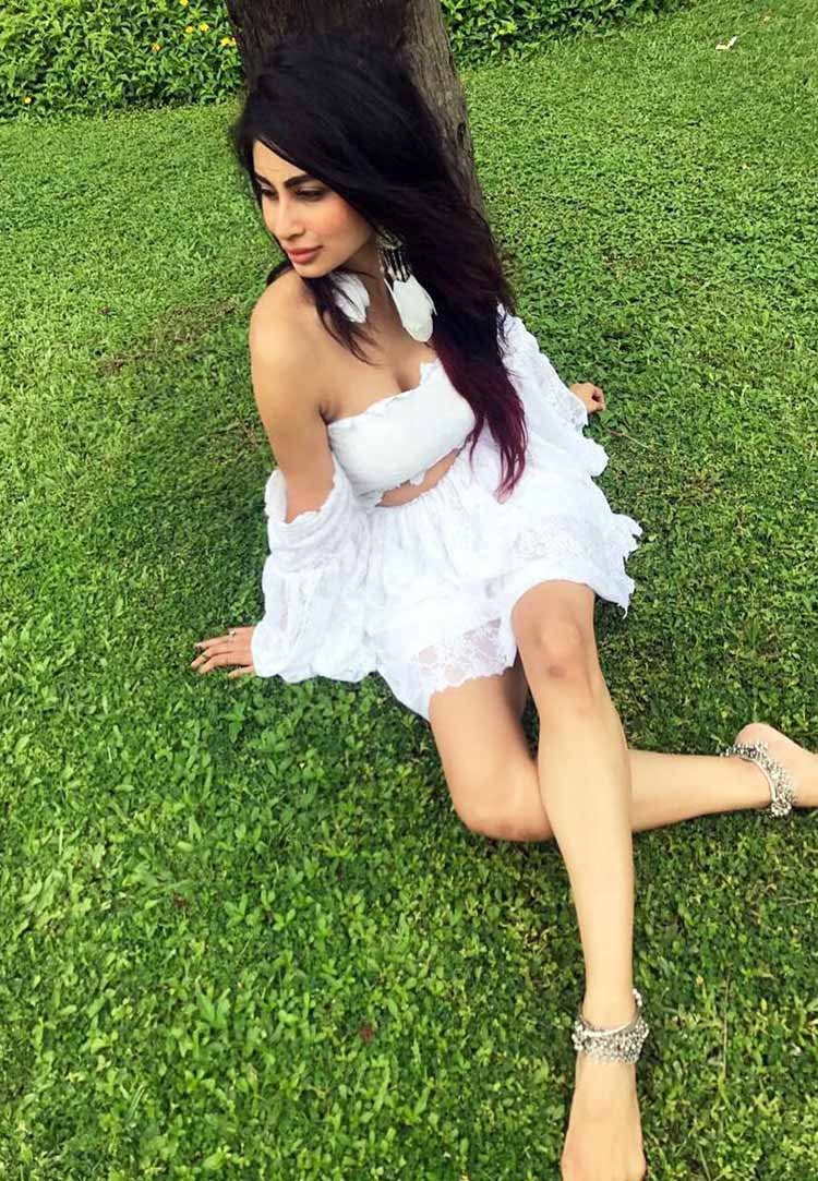 Mouni Roy's anklets are the best thing about this photo