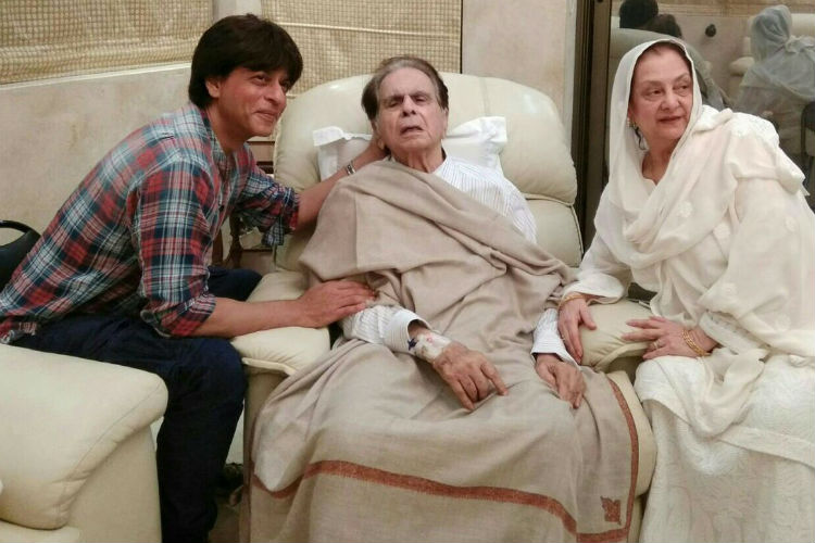 SRK meets Dilip Kumar and his wife Saira Banu at his home (Courtesy Twitter)