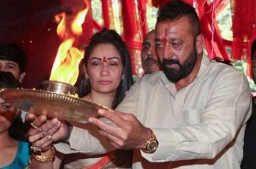 Ganesh Chaturthi: Sanjay Dutt performs Ganesh Aarti with wife Maanayata