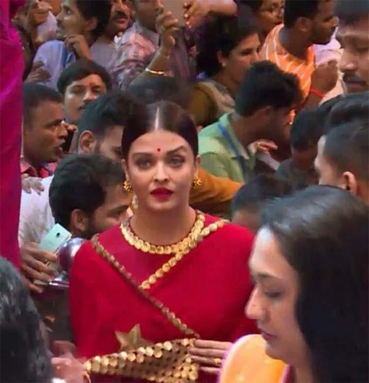 Aishwarya Rai at Lalbaug Ganpati Pandal