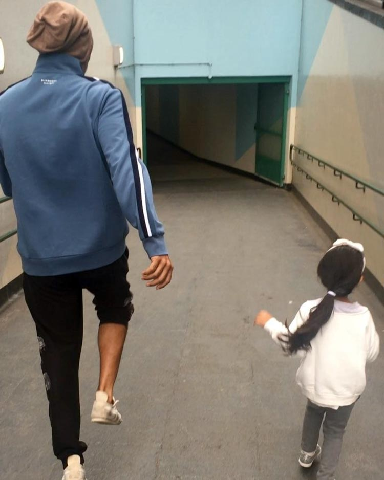 Akshay Kumar gets the spring in his step when he is with daughter Nitara