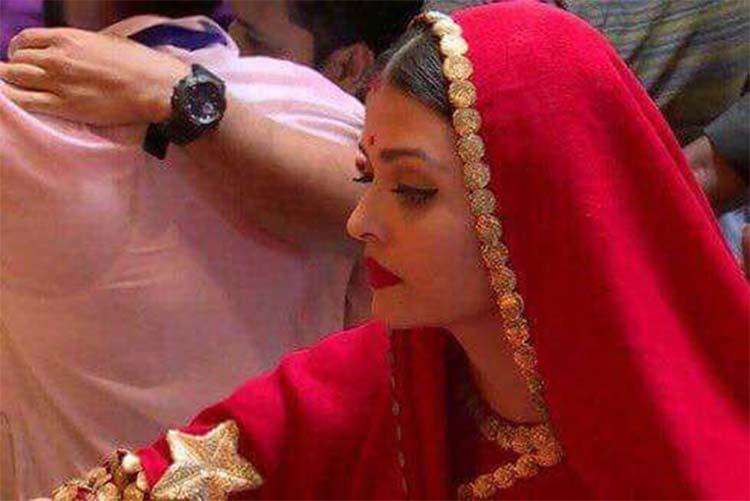 Aishwarya Rai praying to Lalbaugcha Raja