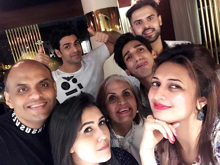 Divyanka Tripathi with her gang at the Arth lounge and bar