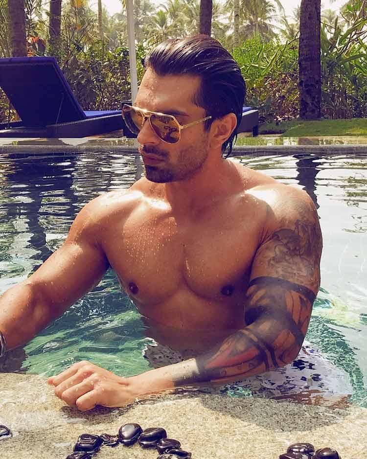 Karan Singh Grover enjoying his time in the pool