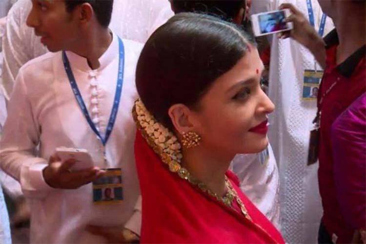 Aishwarya Rai snapped at Lalbaug Ganpati Pandal
