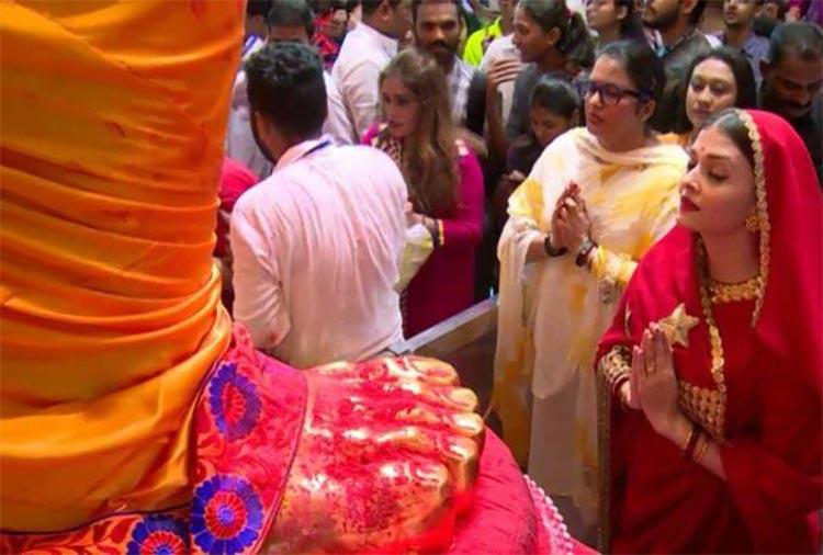 Aishwarya Rai seeking blessings from Lalbaugcha Raja