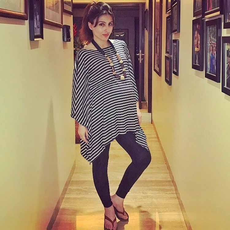 Soha Ali Khan looks super sexy in her pregnancy style
