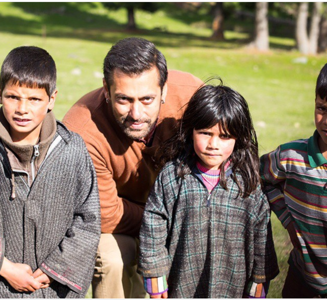 Salman Khan with kids in Bajrangi Bhaijaan
