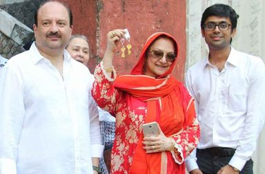 Dilip Kumar, Saira Banu get the possession of Pali Hill property