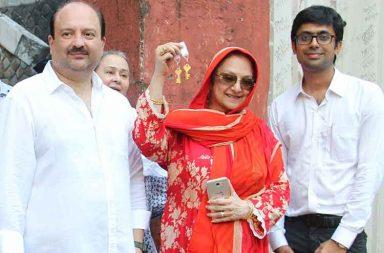 Dilip Kumar, Saira Banu get the possession of Pali Hill property