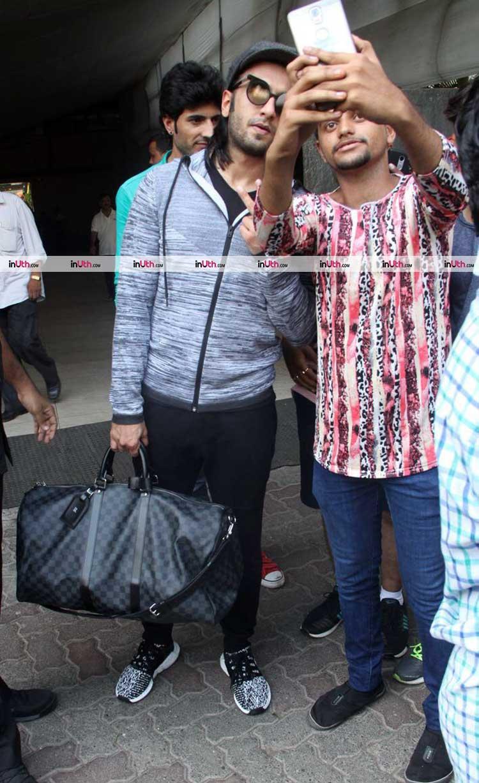 e7b4e2d58d606 Ranveer Singh posing for a selfie with his fan