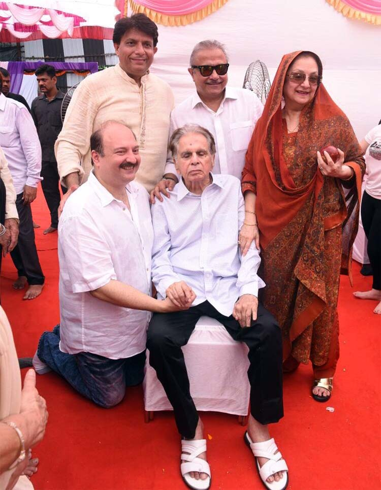 Dilip Kumar and Saira Banu celebrate 51st wedding anniversary at their Pali Hill Bungalow
