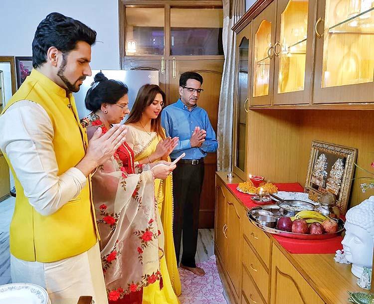 Divyanka Tripathi and family doing the Lakshmi Puja