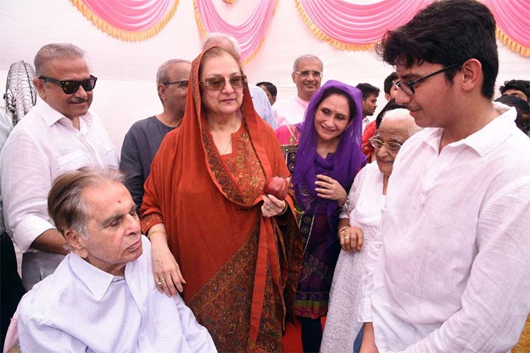 People wishing Dilip Kumar and Saira Banu on their 51st wedding anniversary