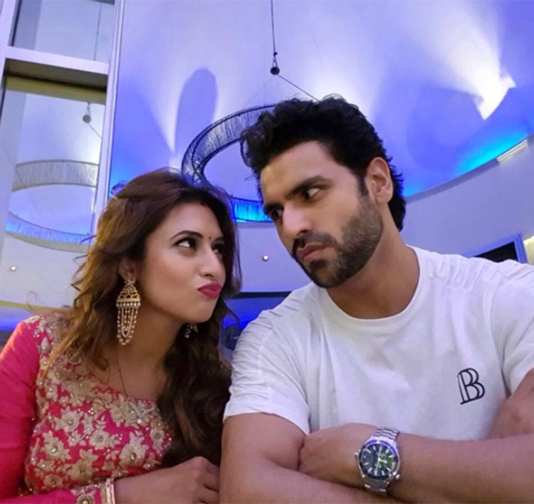 Divyanka Tripathi and Vivek Dahiya are looking too cute in this pic