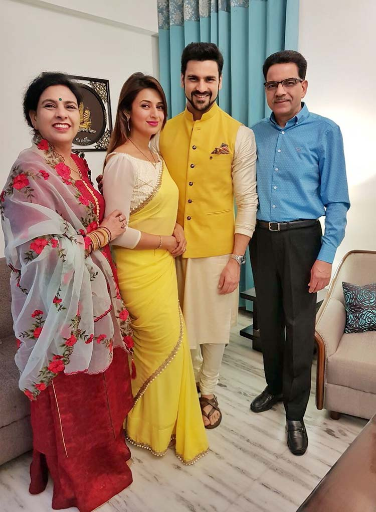 cc4961414 Divyanka Tripathi posing with family on Diwali