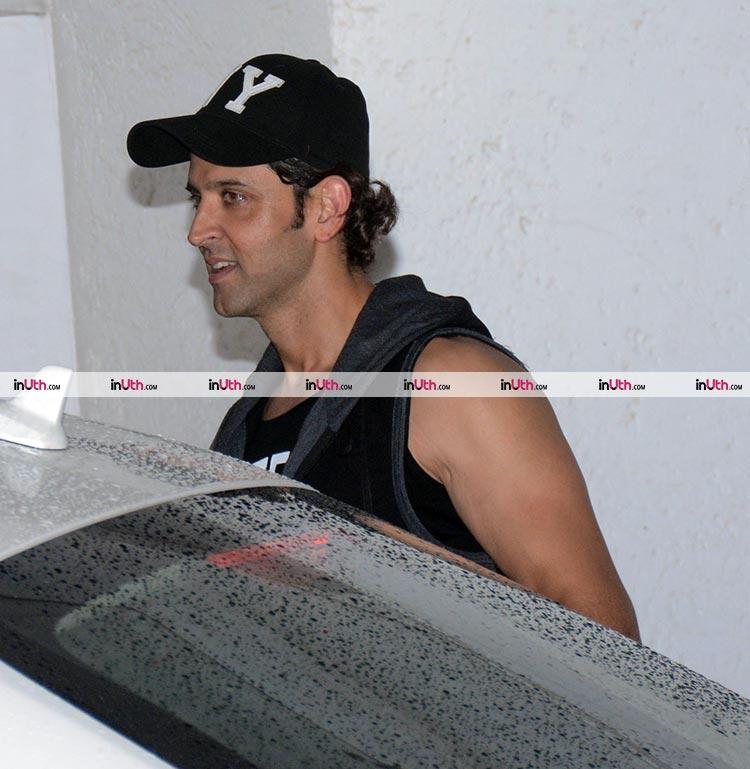 Hrithik Roshan's casual visit to Farhan Akhtar's house
