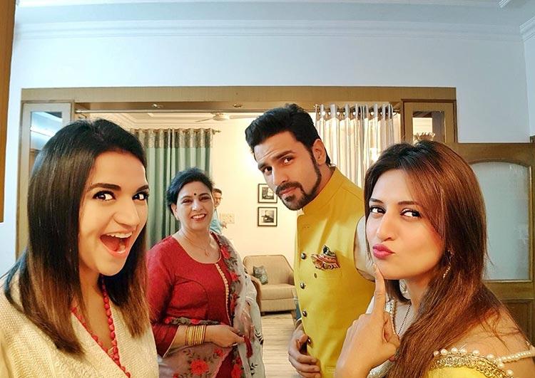 Divyanka Tripathi's cute Diwali pic with her family