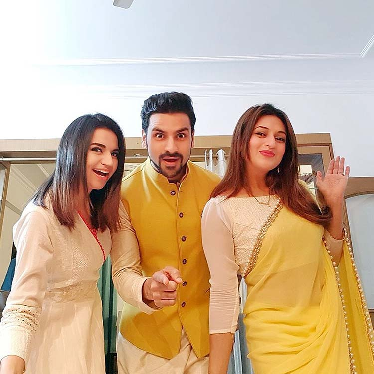 Divyanka's fun selfie with husband and sister-in-law