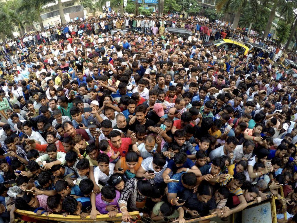 Crowd outside Amitabh Bachchan's residence Jalsa,inuth.com