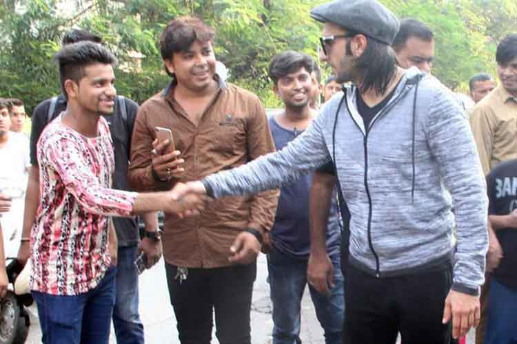 Ranveer Singh meets his fans in Bandra