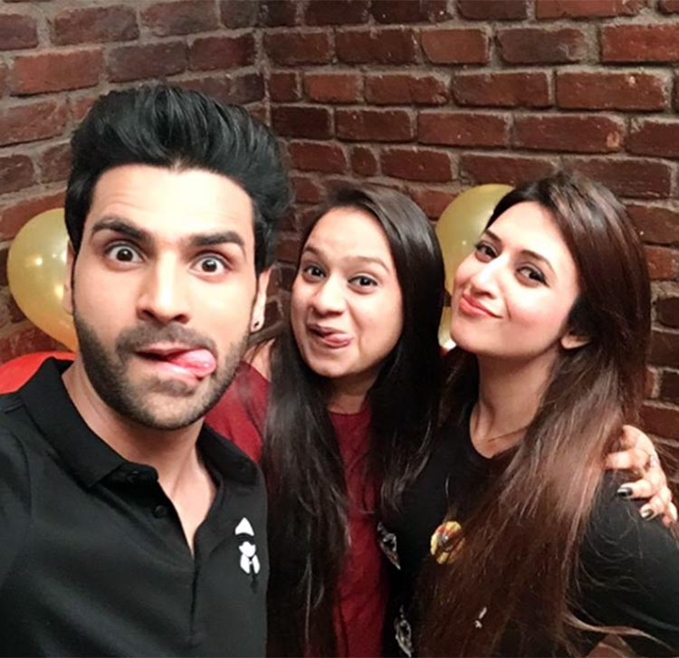 Vivek Dahiya looks super cute in this selfie with Divyanka Tripathi