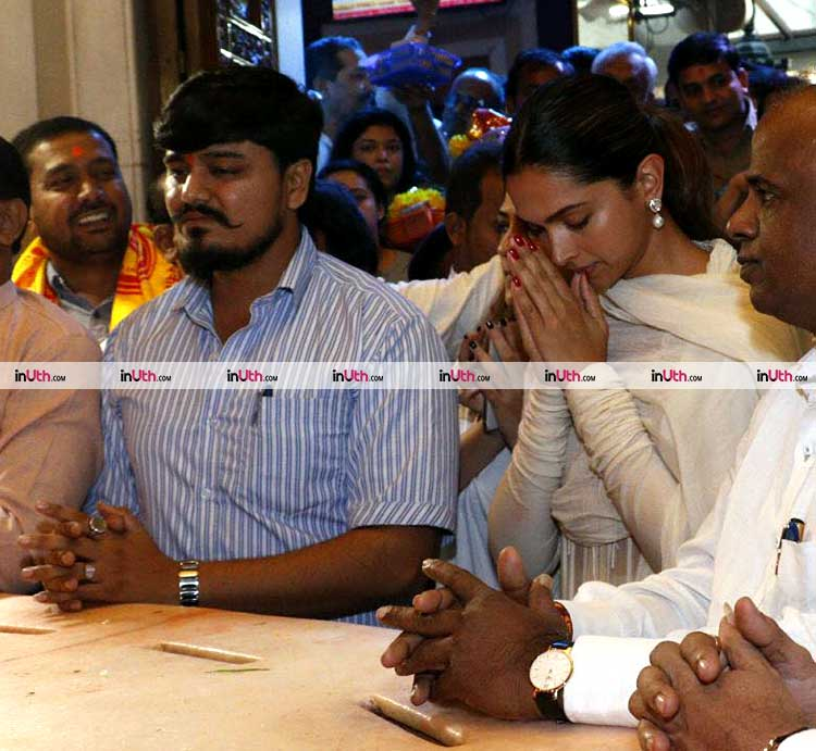 Deepika Padukone praying at the Siddhivinayak temple