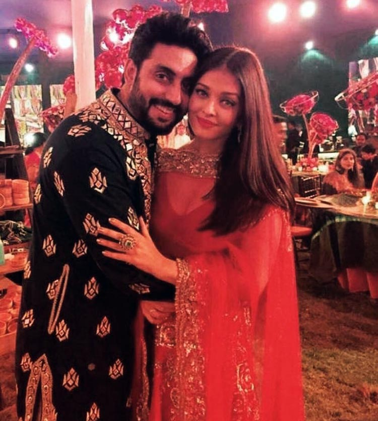 Abhishek Bachchan and Aishwarya Rai spreading some love at a wedding function