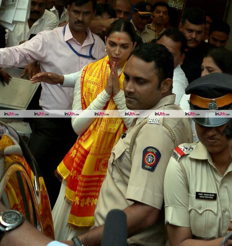 Deepika Padukone greeting the fans outside Siddhivinayak Temple