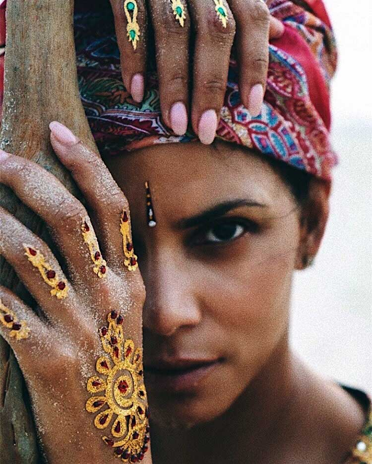 Halle Berry sporting hina on her hands
