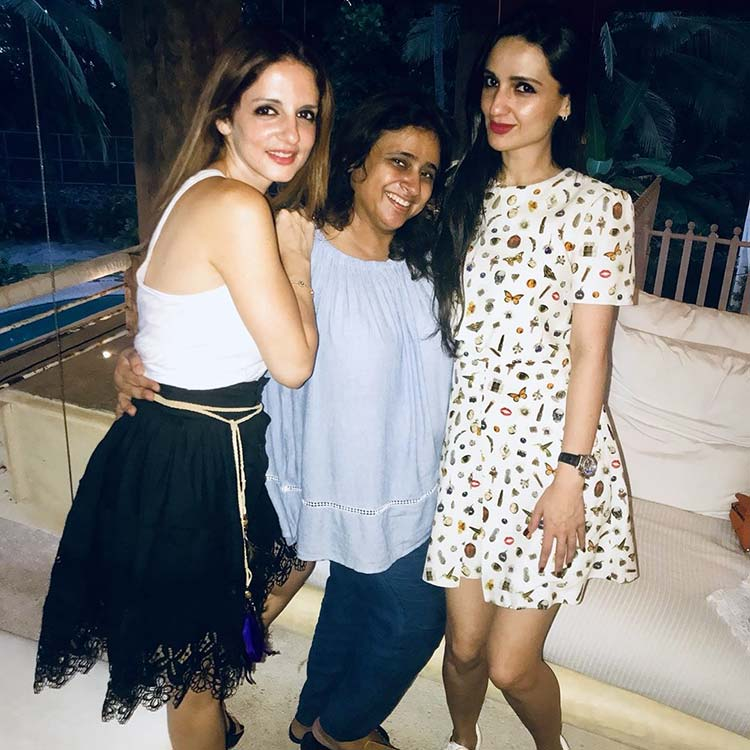 Sussanne Khan with friends at Shah Rukh Khan's birthday party