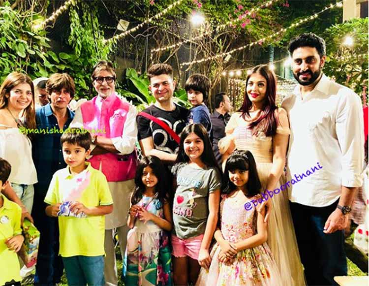 Amitabh Bachchan, Abhishek Bachchan and Aishwarya Rai posing with the guests