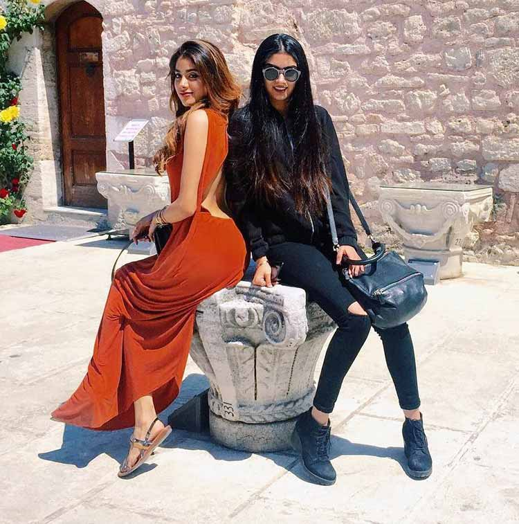 Janhvi Kapoor's hot Insta post featuring her with sister Khushi