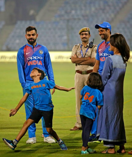 Ashish Nehra's son Arsh imitating his father's action/ Photo: Twitter