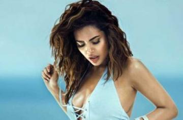 Esha Gupta swimwear bikini photo