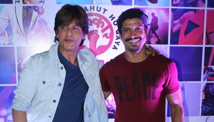 Shah Rukh Khan and Farhan Akhtar at Lalkaatr Concert (Courtesy: IANS)