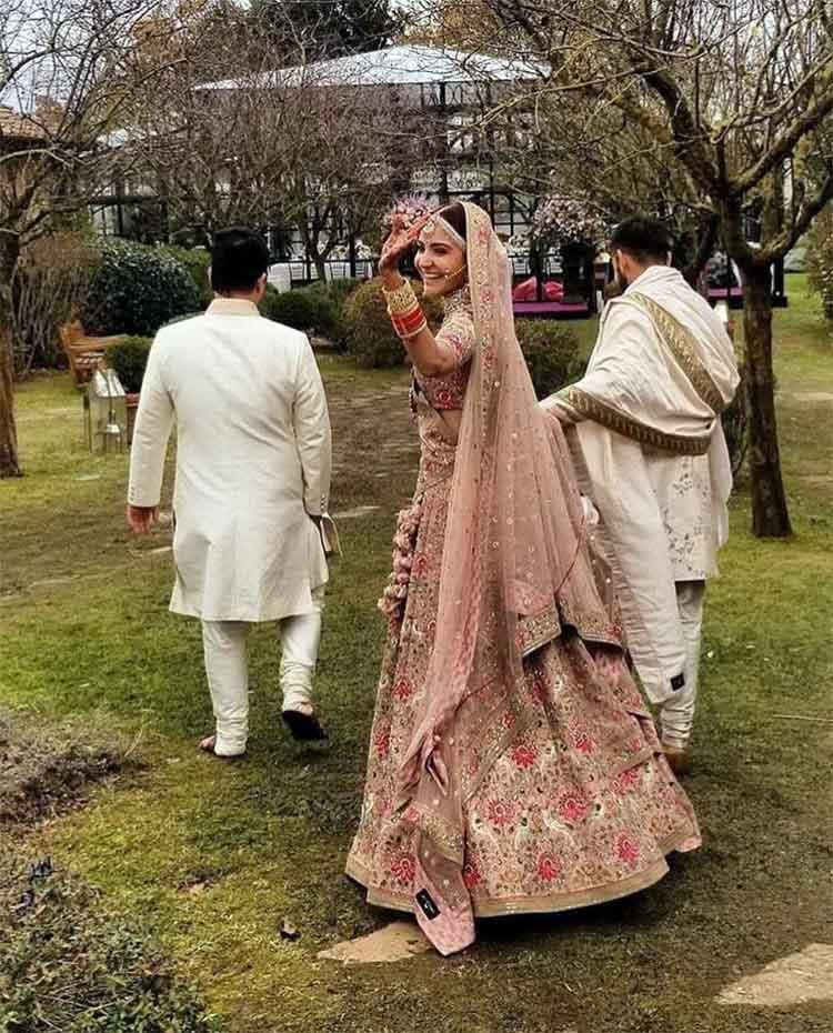 Anushka Sharma looks the happiest bride at her 'vidaai'