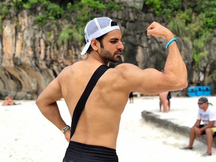 Vivek Dahiya showing off his fab muscles in Thailand