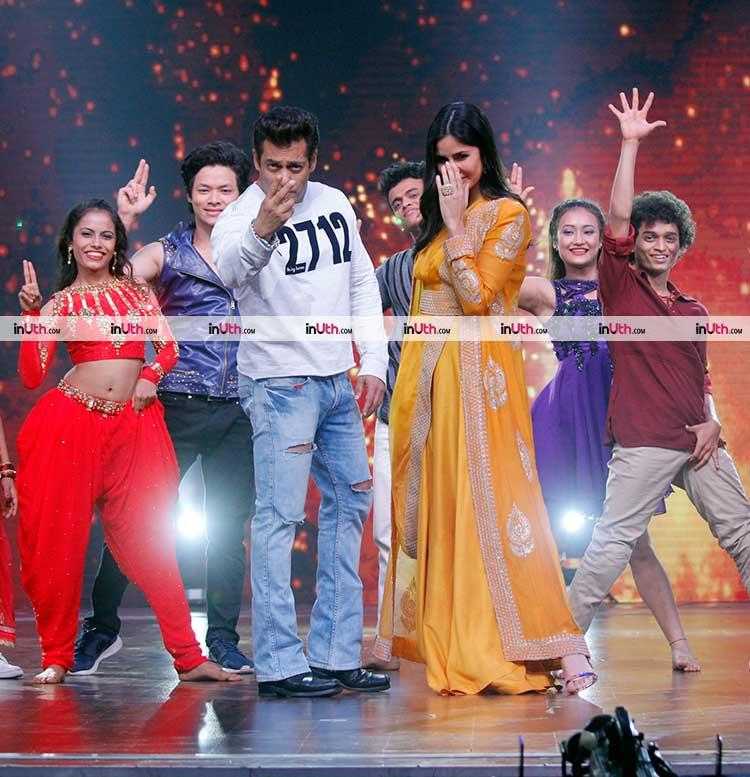 Salman Khan and Katrina Kaif performing on Swag Se Swagat