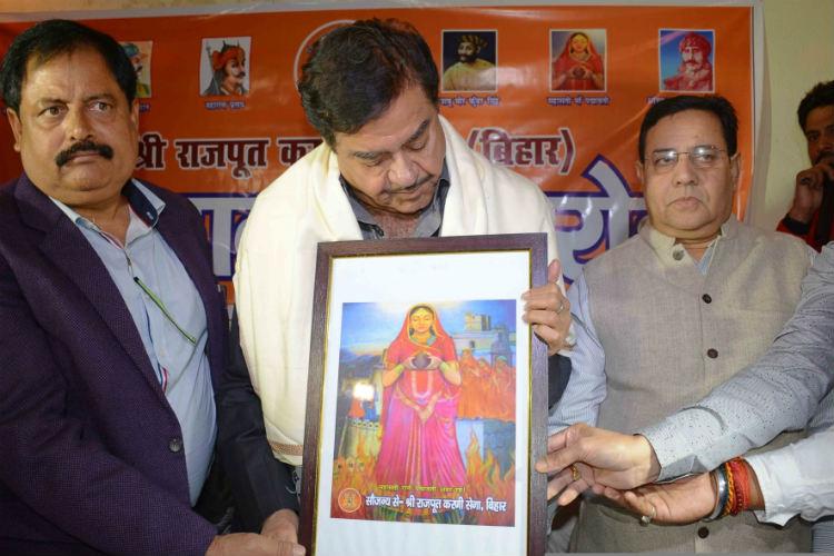 Shatrughan Sinha with members of Rajput Karni Sena in Patna (Courtesy: IANS)