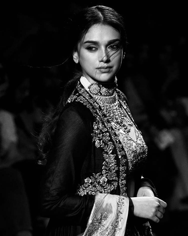 Aditi Rao Hydari looks like a royal princess in this pic