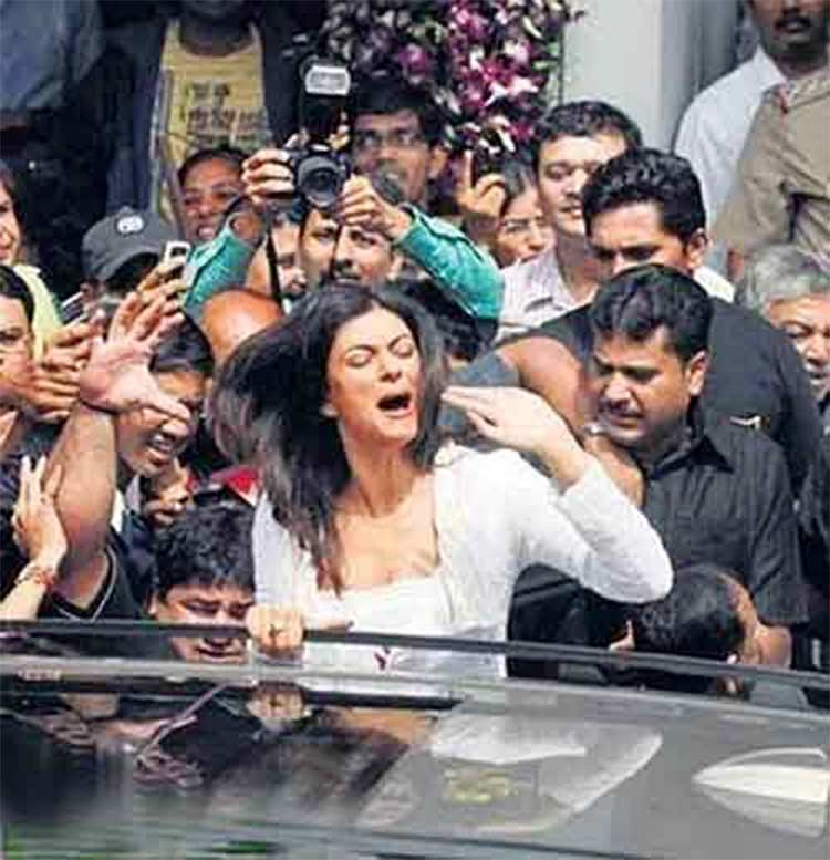 Sushmita Sen harassed by a mob in Pune in 2009