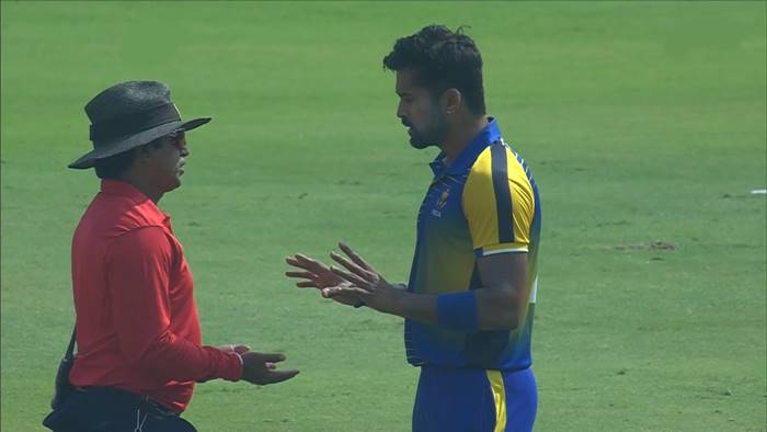 Vinay Kumar argues with umpire/ Photo: Hotstar