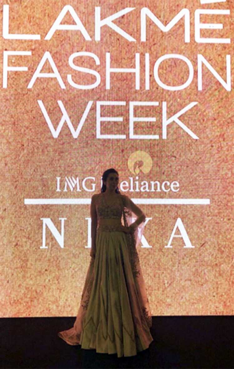 Karisma Kapoor on the ramp of Lakme Fashion Week Summer Resort 2018