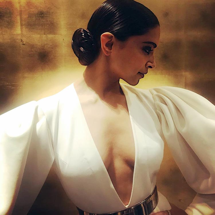 Deepika Padukone looking stunning at the Hello Hall of Fame 2018 event