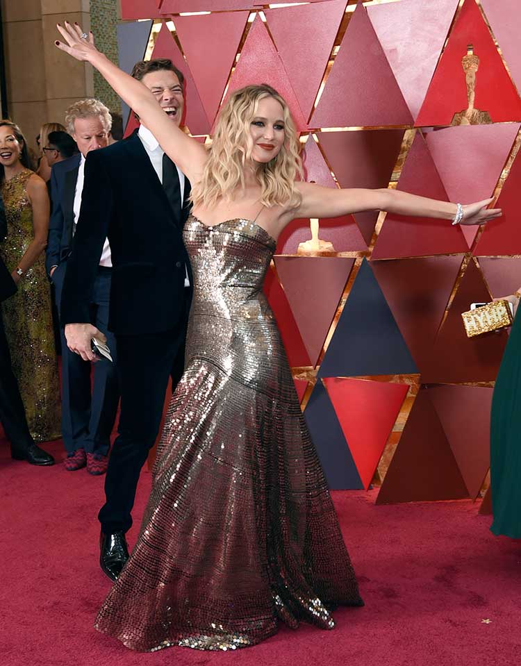 9ea10a8edc16 6 Photos of Jennifer Lawrence just being herself at the Oscars 2018